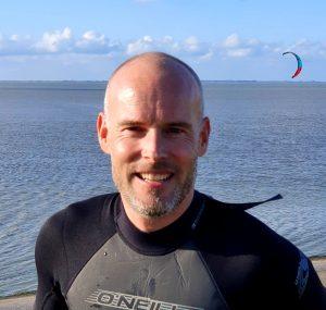 portret foto Matthijs Duker in wetsuit